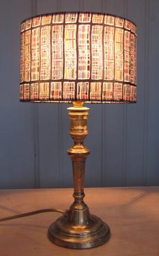 Cet abat-jour ovale en tissu Liberty contrecollé est associé à un pied de lampe en laiton chiné chez un brocanteur.