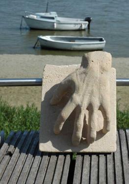 Main en taille direct dans la pierre st maximin