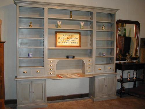 bibliothèque peinte, avec une partie avancée pour bureau, petits tiroirs de chaque côté.