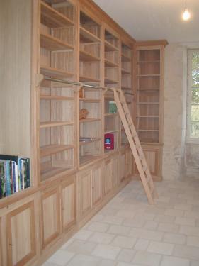 Grande bibliothèque, avec niche pour emplacement d'un écusson de famille.