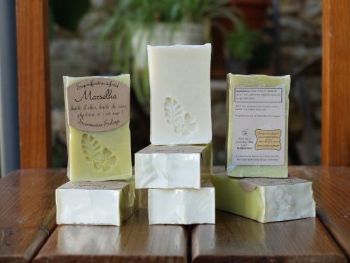 Marselha  Huile d'olive*, huile de coco*, eau, glycérine**.       *Ingrédient issu de l'agriculture biologique. **Naturellement formée lors de la saponification.