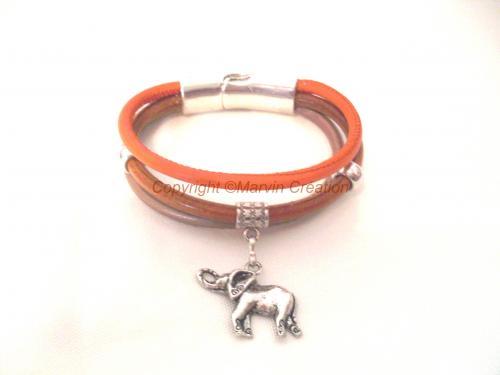 Bracelet (19 cm), 3 liens de cuir rond couleur marron foncé, orange et beige ornés d'une bélière en métal argentée avec un éléphant.Un fermoir magnétique argenté termine le bracelet Réf: BRA04162