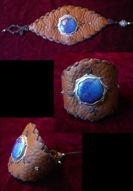 Lapiz lazuli serti d'argent, cousu sur cuir. Bordure macramé avec perles d'argent. réglable