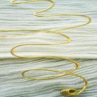 SERPENTIN: Bracelet en fil d'aluminium dor� remontant sur le bras, imitation bracelet �gyptien.