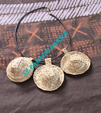 Collier avec trois petits chapeaux Bakoua N°5