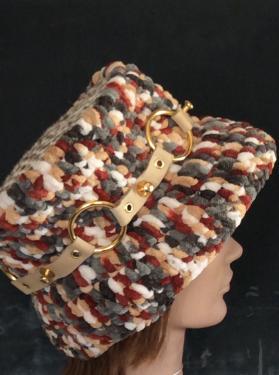 super chapeau style vintage. Fait main. Grosse laine acrylique au crochet. Sur le top, véritable peau de vache. De jolis rubans de cuir beige intercalés d'anneaux dorés entourent cet incroyable chapeau.  Il va sans dire que cet un modèle unique.  Idéal en automne et en hiver. Les teintes sont choisies pour s'adapter à la plus part des manteaux et gabardines.tour de tête : 68/ 70 cm Poids : 414 g