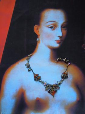 Julienne D'Estr�e avec un bijou Emergence