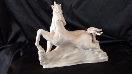 Sculpture en grès, peinte à la main. Elle est recouverte d'une résine transparente haute protection. Hauteur 30 cm. Oeuvre unique et signée.