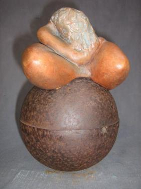 Femme en repli sur sphère métal...Dimensions :24 x 15 cm.