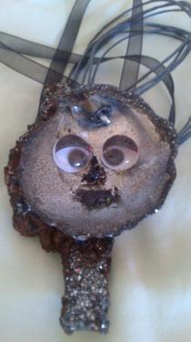 Visage d'enfant tons noir et argenté en coquillage et bois Référence 018