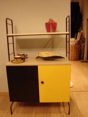 petit meuble des années 70 relooké en noir jaune et gris, montants patinés rouillé. Peut servir de séparateur d'espace dans un petit appartement Prix 290 euros