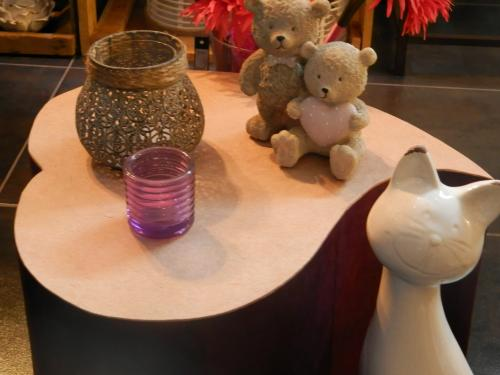 petite assise (pouf) en forme de c?ur, finition papier lokta aubergine et cr�me. Si vendue, commandepossible