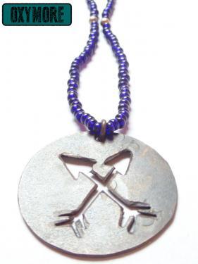 Robin, la Perle : Pendentif en cuivre oxydé et ajouré de deux flèches croisées. Collier en perles de rocaille bleu indigo et perles argentées. Fermoir en argent.  https://oxymore-creations.com/fr/pendentifs-colliers/24-pendentif-robin-la-perle.html