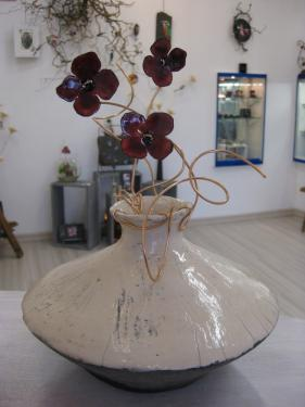Duo cr�ation : Vase raku : Christiane Wozniack Fleurs �maill�es : Dominique Pradeau