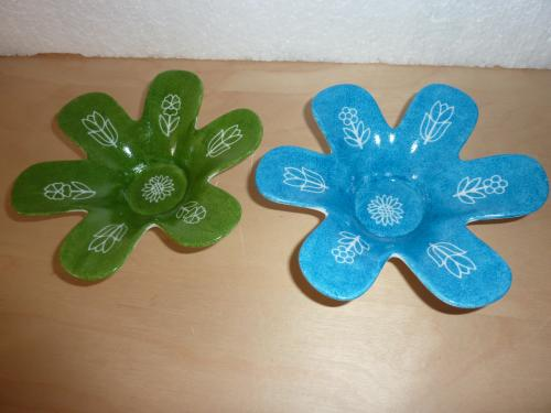 Bougeoirs pétales  verts et bleus pour une table accueillante au moment des fêtes. Articles de diamètres 12 cm.  En vente sur le site, cliquez sur :  http://www.alittlemarket.com/accessoires-de-maison/bougeoirs_en_forme_d_etoile_vert_et_bleu-7130397.html