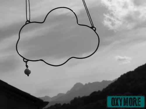 ...Suis dans les Nuages... : Pendentif en forme de nuage en Argent 925 et sa Pierre de Lune naturelle en suspension.  https://oxymore-creations.com/fr/pendentifs-colliers/16-suis-dans-les-nuages.html