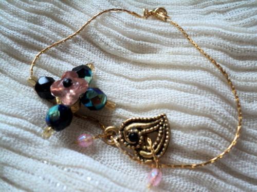 Bracelet sur cha�nette en perles de cristal de swaroski rose et noir, strass rose et coeur en m�tal dor�