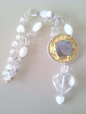 Collier grosse capsule dorée et perles de verre.