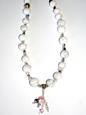 Ce collier r�alis� en pi�ce unique, apportera une note chic et class autour de votre cou. Tonalit� opaline.