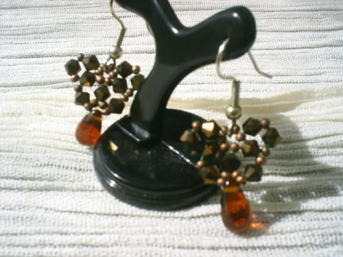 CALCUTTA:Boucles d'oreille sur crochet en m�tal argent� pour oreilles perc�es, petites toupies en cristal de swaroski et rocailles marron, pendant compos� d'une goutte en verre marron. Longueur 2 cm.