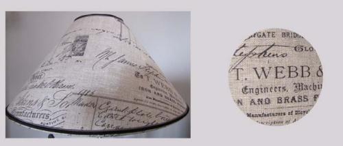 Abat-jour conique en lin, imprimé d'inscriptions publicitaires de manufactures américaines des années cinquante.  A associer à un pied de lampe de style vintage.