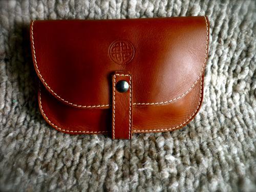 petite pochette à porter à la ceinture,en veau marron,motif noeud d'odin frappé.
