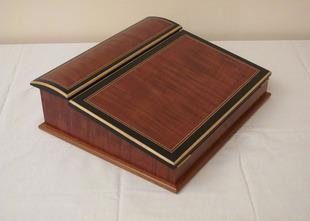 Ecritoire de style Napoléon III, plaqué acajou, incrustation d'un filet composé et frise en poirier teinté noir