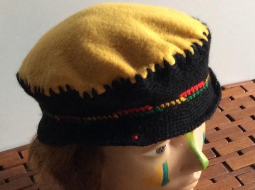 Joli bonnet en laine et polaire. Décontractée et rebelle. Ce bonnet noir et jaune avec son liseraie tricolore ira avec bon nombre de vos tenues. Modèle unique. Tour de tête : 55