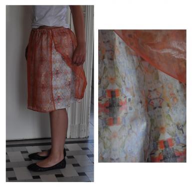 jupe taille 38. tissu de coton bio (popeline), recouvert d'un voilage couleur p�che ouvert sur le c�t�. motif : composition � partir d'un dessin de l'artiste. hauteur : 50 cm. mod�le unique.