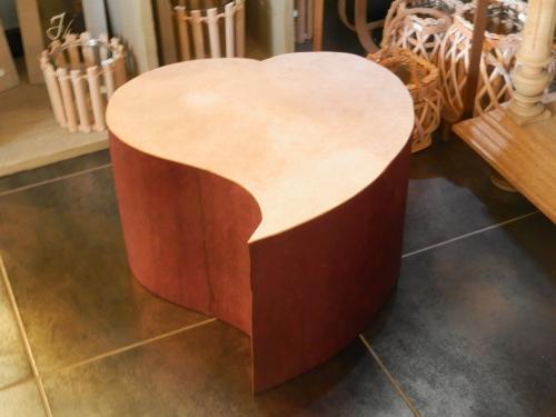 petite assise (pouf) en forme de c?ur, finition papier lokta aubergine et crème. Si vendu, commande possible
