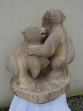 sculpture en noyer de deux oursons dimensions 77 cm sur 73 cm poids 50 kgs