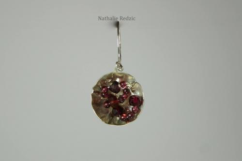 Pendentif floral en argent gravé avec perles en grenat. Pièce unique.
