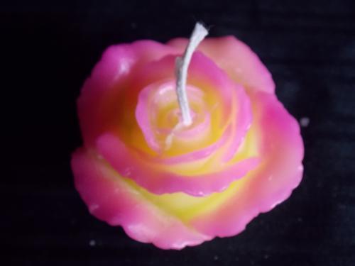 Bougie en forme de rose - petit mod�le de couleur rose et jaune Dim de 8 cm Dur�e allum� : environ 10h