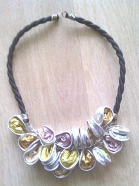 Collier capsules multicolores monté sur chaîne et buna corde