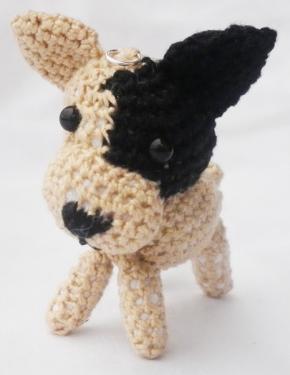 Sam est un petit chien de la race du bulldog français de 5 cm avec un un ?il noir et une oreille noire . crocheté entièrement à la main avec un crochet n°1 et du coton de grande qualité. ATTENTION ne convient pas a un enfant de moins de 3 ans