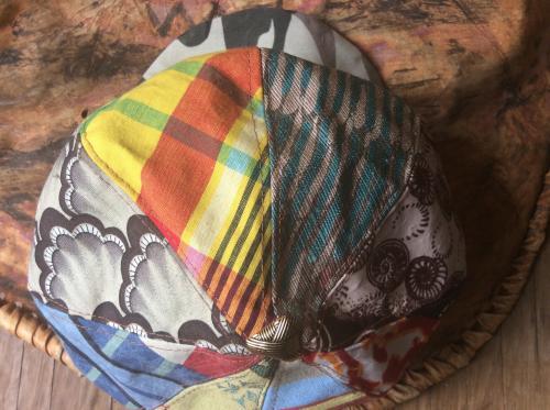 Sweet gavroche en patchwork pour ensoleiller le  Printemps qui s'annonce. casquette gavroche fait de patchwork de tissus imprim�. finition soign�e. Assorti  avec la plupart de vos tenues.  id�al avec une chemise en jean. d�contract� et rebelle . Tour de t�te. 52 cm