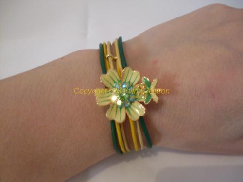 Bracelet (18,5 cm avec fermoir) 6 liens de cuir fin de couleur vert, jaune et jaune canari, une fleur avec un petit papillon émaillé et strass viennent orner les liens de cuir. Un fermoir mousqueton en métal doré termine le bracelet.  Réf: BRA0416 Ce bracelet peut être mit à votre taille, il suffit simplement de mesurer votre tour de poignet à l'aide d'un mètre de couturière, prenez la mesure de votre tour de poignet sans serrer le ruban, soyez précis à 0,5 mm prêt.  La taille moyenne d'un bracelet pour femme est de 18 cm. La longueur moyenne d'un bracelet pour homme est de 20 cm. Pour un enfant, comptez environ: 13 à 15 cm de 1 à 2 ans 14 à 17 cm de 2 à 5 ans 15 à 18 cm de 5 à 7 ans 16 à 19 cm de 7 à 12 ans  16 à 20 cm de 12 à 15 ans.  IMPORTANT: Ajoutez de 1 à 2 cm suivant les bracelets et comptez 1 à 3 cm de plus lorsque vous préférez porter le bracelet plus ou moins proche du poignet.