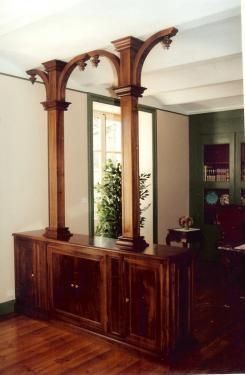 SEPARATION :bas , en noyer massif portes ouvrantes des deux faces ,surmonté de deux colonnes en élégie  et toupies tournées .