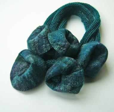 Collier bleu tricot et feutre (pure laine)
