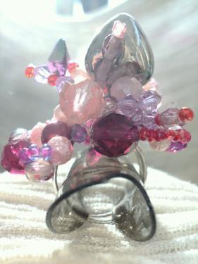 Bague sur anneau réglable en perles en verre et en cristal et coeur en métal argenté.Particularité de cette bague un superbe camaïeu de rose