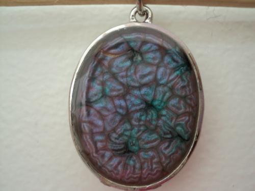 Prisme:pendentif en métal argenté Modèles uniques de bijoux. J'ai créé ce bijoux avec des matières complètement nouvelles,je vous livre le premier bijoux, qui est un pendentif en métal argenté inoxydable. L'intérieur est un mélange de peinture fantaisie;prisme rose et moon turquoise, qui en se mélangeant font de jolis dessins qui ne se reproduisent pas deux fois, un peu comme la pâte fimo,c'est la surprise à la fin du mélange.Le tout est recouvert de résine.