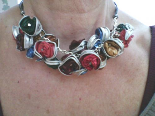 Collier 21 perles nespresso multicolores ,vert/bleu/rouge/marron/doré . monté sur chaînette et 4 cordons noir.