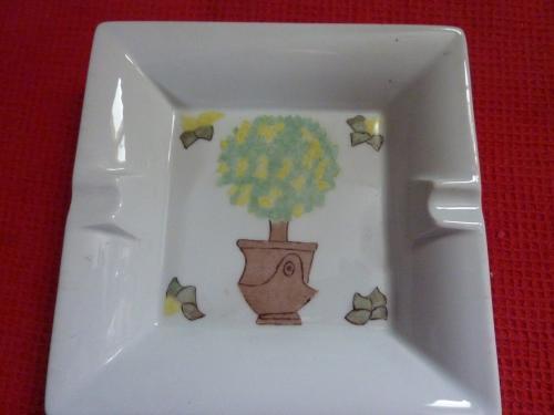 Vide poche/cendrier. Très élégant , il peut servir de vide poche aux non-fumeurs mais surtout d?objet décoratif sur votre table. Article de dimension de 16 cm par 16 cm.  En vente sur le site, cliquez sur :  http://www.alittlemarket.com/accessoires-de-maison/cendrier_arbre_vert_marron_et_jaune-7129665.html