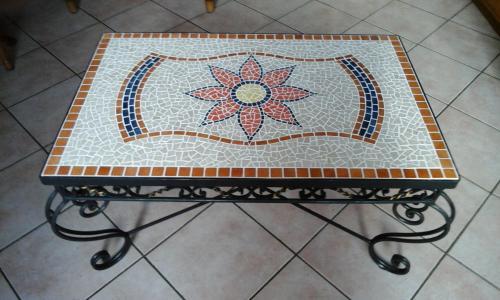 table en fer forgé et émaux de Briare. 83x53cm