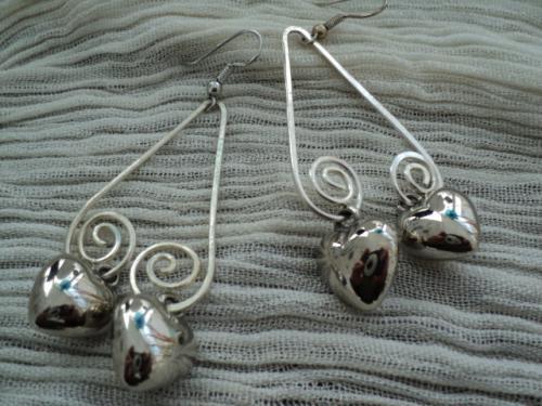 ENTRE LES DEUX: Boucles d'oreille pour oreilles perc�es, triangle en fil aluminium, termin� par deux coeurs en m�tal argent�.
