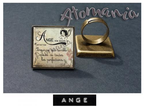 Bague « Ange» - ATOMANIA composée d?une image créée par « Atomania », protégée par résine transparente, montage sur support de bague bronze carré réglable. Format : 25 x 25 mm. Expédition sous huitaine après réception du paiement.