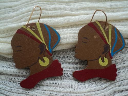FEMME AFRICAINE: Boucles d'oreille en bois peint � la gouache et verni, repr�sentant un visage de femme africaine. Anneau dor� et trait� pour oreilles perc�es. Ces boucles d'oreille peuvent �tre fabriqu�es avec des clips pour oreilles non perc�es.