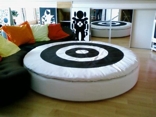 Création et réalisation d'une housse de matelas circulaire de 3.50 m en cuir de synthèse bi-ton (noir et blanc)...