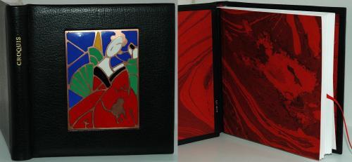 CARNET DE CROQUIS Reliure 17x16 cm, buffle noir, sur carte vergé 240 g permettant de faire des aquarelles Email champlevé Dorure : feuille d'or 22 carats Papier marbré Signet rouge, assorti à l'ensemble
