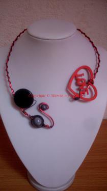 Collier fil alu rouge ,perles magique, médaillon coeur bois noir, rouge (COLLECTION ST VALENTIN) Réf: SV3